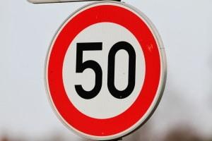 Innerorts gilt auf Kraftfahrstraßen eine Höchstgeschwindigkeit von 50 km/h.