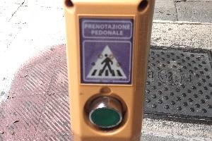 Italienische Verkehrszeichen sind oft in kleiner Version an Ampeln zu finden.