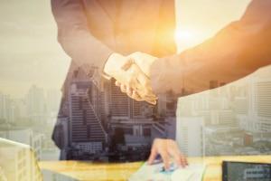 Jura-Jobs in der Wirtschaftskanzlei: Hier beraten Juristen Unternehmen, wie ein Vertrag richtig aufgesetzt wird.