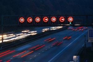 Die kamerabasierte Verkehrszeichenerkennung hat in manchen Situationen Schwierigkeiten, LED-Schilder zu erkennen.