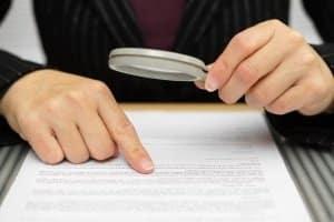 Beim Kaufvertrag von einem Auto sollten alle Dokumente vor der Unterzeichnung auf Korrektheit geprüft werden.