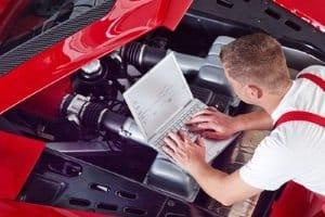 Beim Kaufvertrag vom Auto sind Prüfberichte der HU und Inspektions-Scheckhefte für die Fahrzeugbewertung hilfreich.
