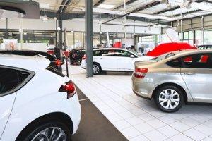 Händler und andere gewerblich agierende Anbieter dürfen die Haftung im Kaufvertrag für den Gebrauchtwagen nicht ausschließen.