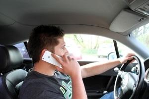 OLG Dresden bestätigt: Es liegt kein Handyverstoß bei ausgeschaltetem Motor vor.