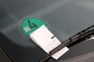 Keine Parkscheibe ausgelegt: Die Strafe staffelt sich laut Bußgeldkatalog je nach Parkdauer.