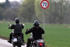 Unterschiedliche Kennzeichen: Die Maße beim Motorrad variieren.