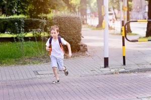 Nach einem Urteil des OLG Celle trägt das Kind keine Mitschuld am Autounfall, wenn es anderen Kindern auf die Straße folgt.