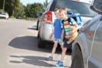 Trifft ein Kind ein Mitverschulden am Autounfall, wenn es die Straße überquert, obwohl sich ein Auto nähert?