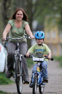 Kinder auf dem Fahrrad im Verkehr