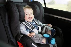 Es ist erlaubt, Kinder auf dem Beifahrersitz zu transportieren, solange Sie die Anschnallpflicht beachten.
