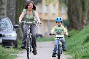 Aufsichtspersonen dürfen Kinder mit dem Fahrrad auf dem Gehweg begleiten. Die StVO wurde Ende 2016 dementsprechend geändert.