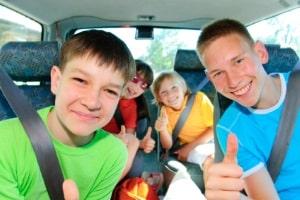Immer bestens geschützt: Ein Kindersitz kann im Alter über 12 Jahren notwendig sein, wenn der Gurt sonst am Hals einschneidet.