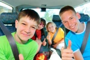 Kindersitz: Bis zum Alter von 12 Pflicht, darüber hinaus reicht normalerweise der Sicherheitsgurt.