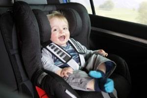 Es ist vorgeschrieben, dass jeder amtlich zugelassene Kindersitz unabhängig vom Alter des Kindes eine Prüfplakette aufweist.