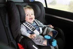 Ein Kindersitz dient der Sicherheit von Ihrem Sprössling bei der Autofahrt.