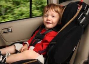 Kindersitzpflicht: Bis wann besteht sie? Laut StVO bis zu einem Alter von zwölf Jahren und einer Größe von 1,50 m.