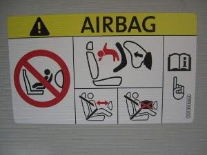 Achten Sie bei Kindersitzschalen darauf, dass der Airbag ausgeschlatet sind, wenn Sie Ihr Baby auf dem Beifahrersitz transportieren.