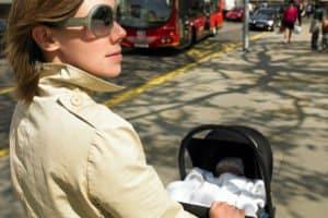 Weil bspw. auch Kinderwagen auf dem Gehweg unterwegs sind, die nicht behindert werden dürfen, ist das Parken hier oft untersagt.