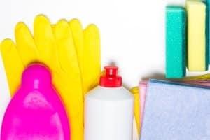 Der Fachhandel bietet verschiedene Produkte an, mit denen Sie die Klimaanlage selbst reinigen können.