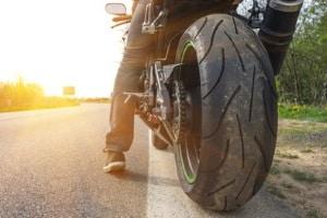 Welche Konsequenzen hat ein Motorradunfall ohne Helm für den Verunfallten?