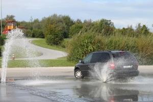 Volle Konzentration beim Fahrtraining: Ihr eigenes Auto lernen Sie so auch in schwierigen Situationen kennen.