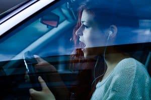 Dürfen Sie eigentlich Kopfhörer tragen beim Autofahren?