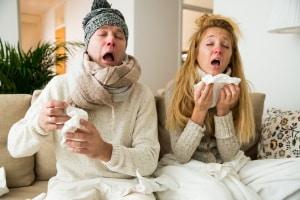 Kriterien für Corona-Test? Isolieren sollten Sie sich bei Erkältungssymptomen trotzdem - und sich gründlich auskurieren.
