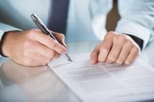 Bei der Kündigung von einem Anwalt muss ein prägnantes Schreiben formuliert werden.