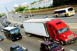 Ein Ladungsverlust auf der Autobahn kann besonders gefährlich sein.