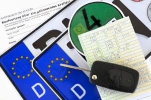 Deutsches Länderkennzeichen: Das Nummernschild hat eine spezielle Kennzeichnung am linken Rand.