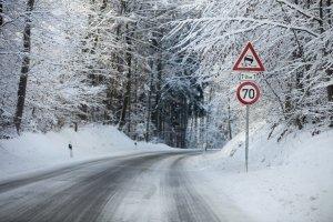 Auf einer Landstraße gibt es immer ein Tempolimit, jedoch keine Vorgaben zur Mindestgeschwindigkeit.