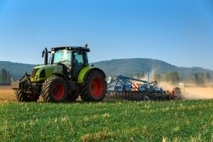 Landwirtschaftliche Fahrzeuge dürfen Sie im Straßenverkehr nur mit dem richtigen Führerschein fahren.