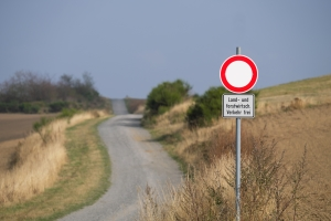 """Missachten des Schildes """"Landwirtschaftlicher Verkehr frei"""": Droht eine Strafe?"""