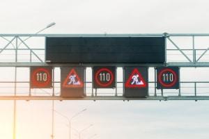 Mechanisch oder LED: Wechselverkehrszeichen können in verschiedenen Formen auftreten.
