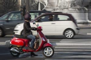 Ein Leichtkraftrad ist ein Mix aus Motorrad und Kleinkraftrad.