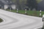 Leitpfosten zeigen den Straßenverlauf an.