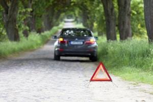 Wenn Sie einen Leitpfosten umgefahren haben, müssen Sie zunächst die Unfallstelle absichern.