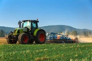 Lenkhilfe beim Traktor: Erlaubt ist sie nur auf Privatgrundstücken und Betriebsgeländen ohne öffentlichen Straßenverkehr.