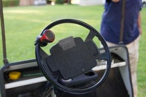 Ein Lenkradknauf für Behinderte darf nur mit Genehmigung verbaut und genutzt werden.