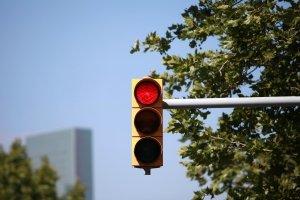 Eine Lichtzeichenanlage wird umgangssprachlich meist als Ampel bezeichnet.