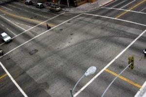 Beim Rechts- und Linksabbiegen muss das Fahrrad rasch über die Kreuzung geführt werden
