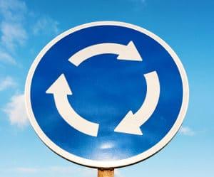 Beim Linksverkehr muss der Kreisverkehr im Uhrzeigersinn durchfahren werden.