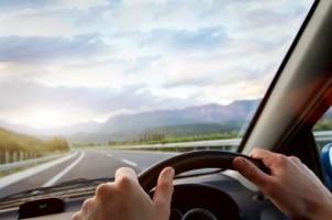 Bei Autos für Linksverkehr sitzt das Steuer auf der rechten Seite.