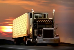 Lkw unterliegen außerorts strengeren Geschwindigkeitsbegrenzungen.