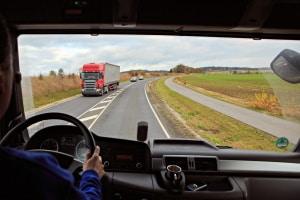 LKW-Beleuchtung: Ob hinten oder vorne, sie darf nicht blenden oder andere Verkehrsteilnehmer gefährden.