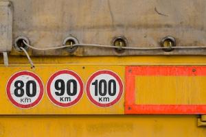Bei Lkw ist der Bremsweg auch aufgrund der größeren Masse länger.