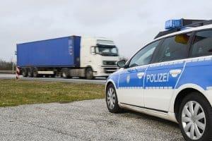 Von einem Lkw-Fahrverbot sind Fahrzeuge von Polizei und Feuerwehr ausgenommen.