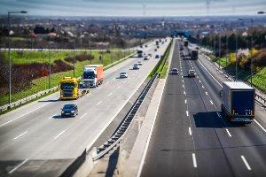 Das Lkw-Fahrverbot gilt meist für Fahrzeuge mit mehr als 7,5 Tonnen zulässigem Gesamtgewicht.