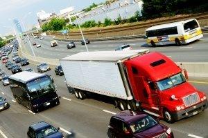 Für Lkw gilt ein Fahrverbot das ganze Wochenende lang in Österreich, auch am Samstag.