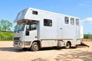 Ein Lkw-Fahrverbot kann auch Wohnwagen betreffen, wenn diese offiziell als Lastkraftwagen zugelassen sind.